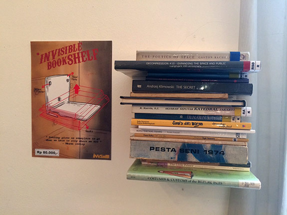 /etalase:/ Rak Buku Tak Kasat Mata (Invisible Bookshelf)